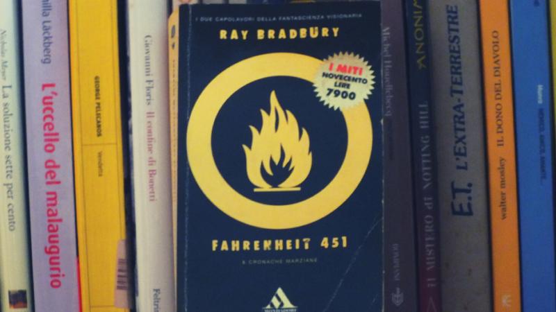 """Ray Bradbury e """"Fahrenheit 451"""", viaggio nella distopia"""